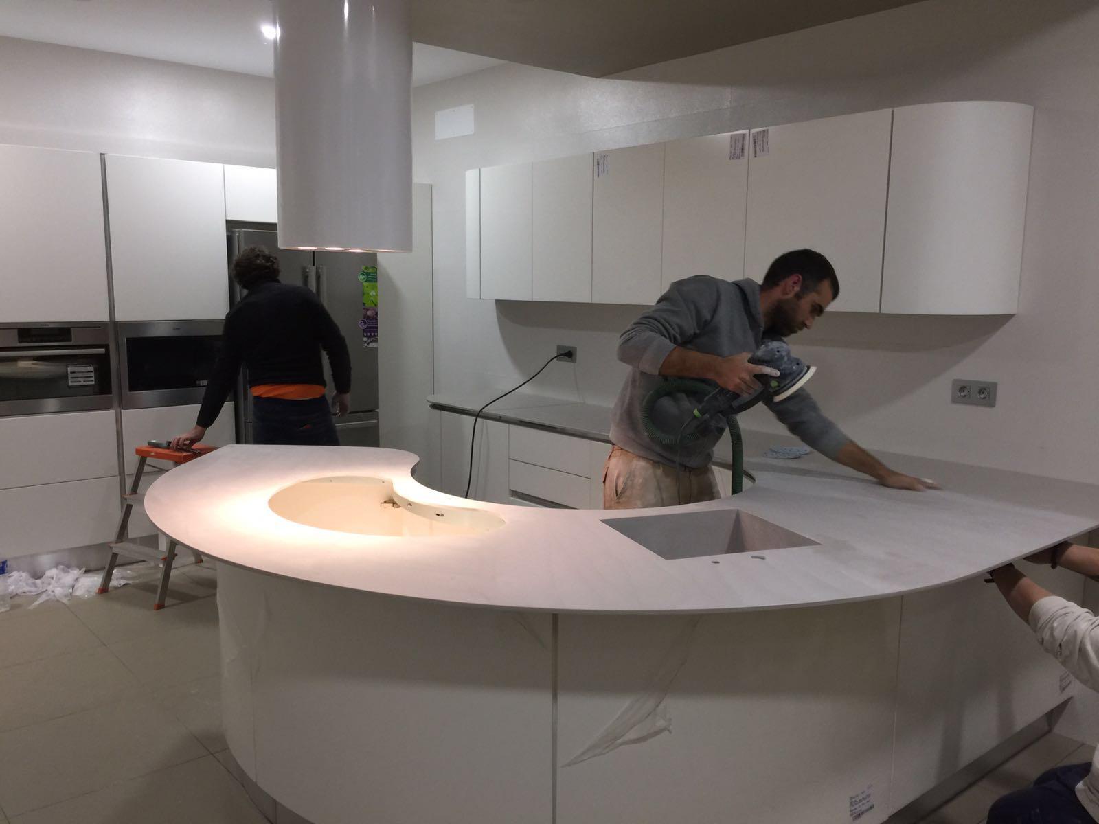 CORIAN® color Clay en encimera cocina curva Aceuchal (badajoz) - SGAMA®